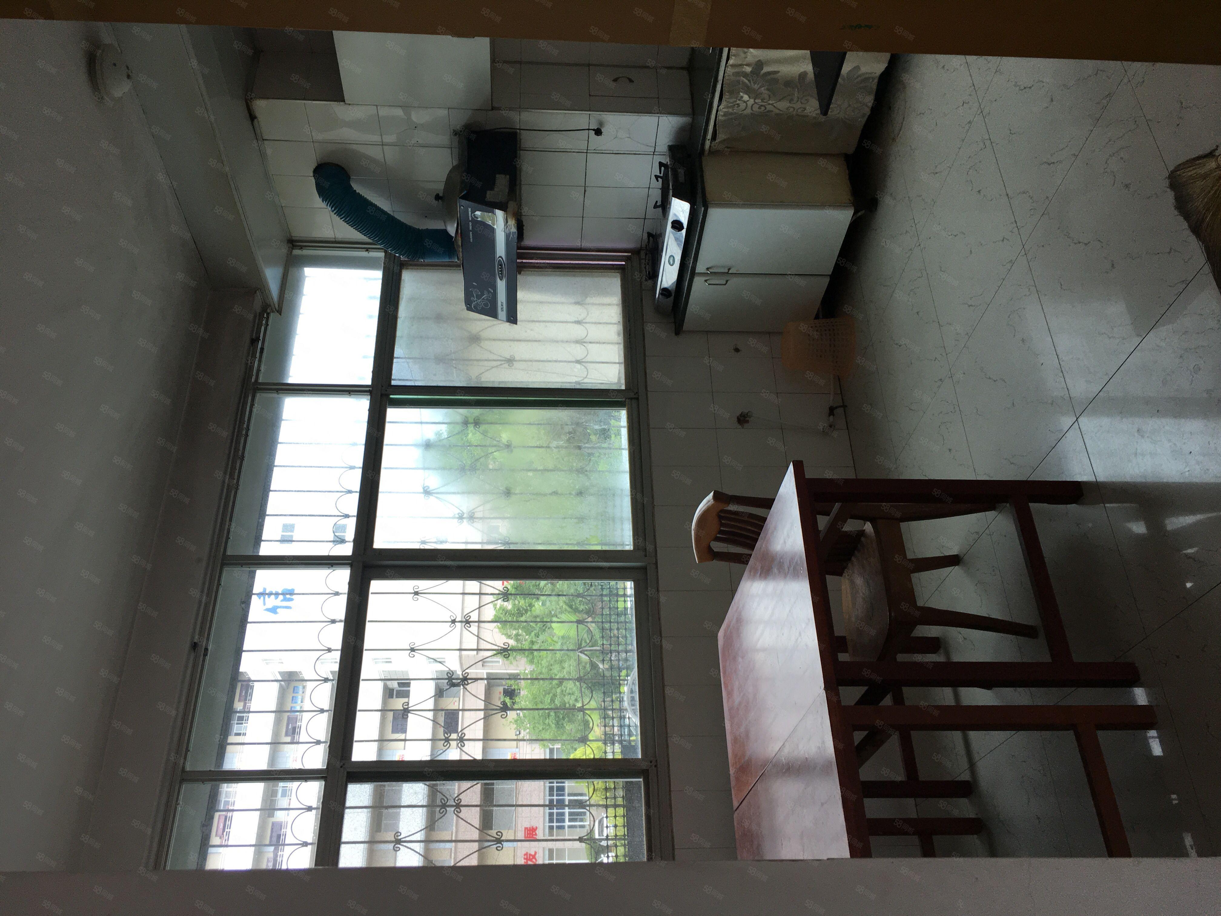 夕阳红小区,2楼,简单装修,市中心,租金1800,半年付