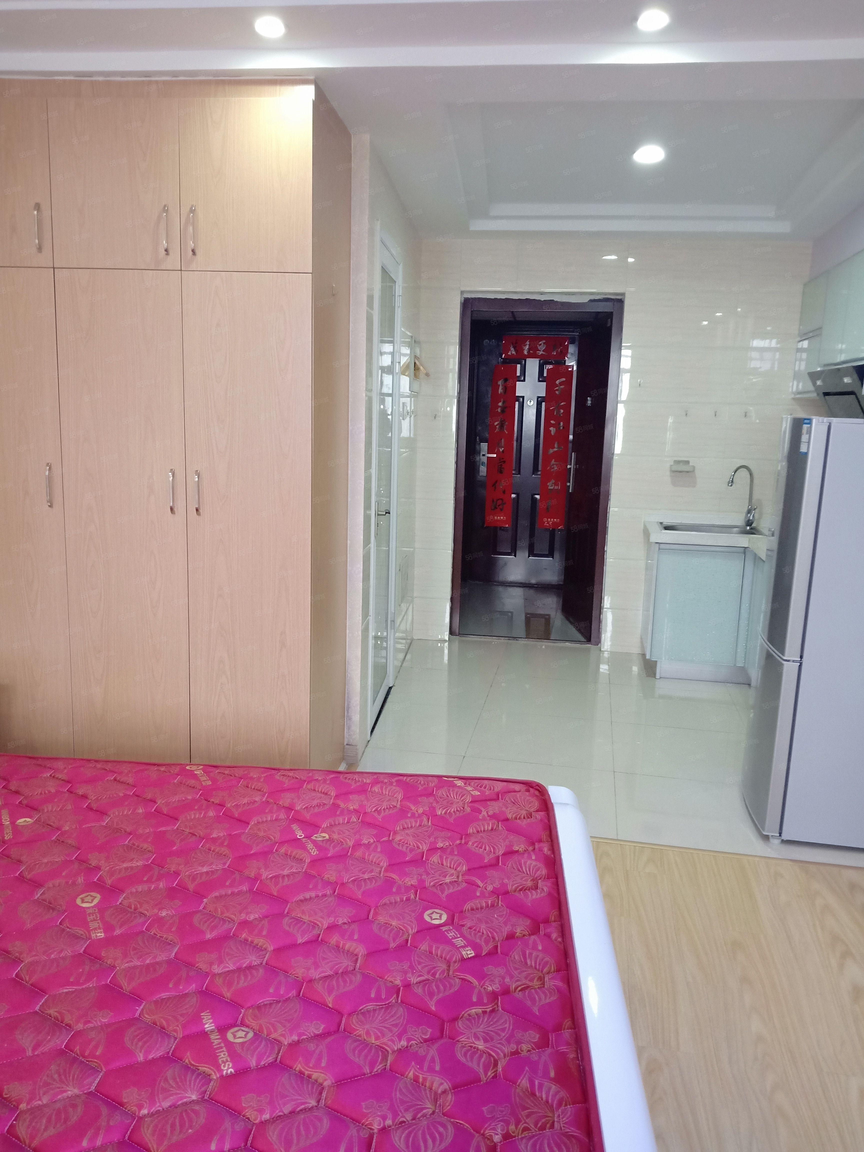 东方新世界精装单身公寓空调热水器冰箱洗衣机家具