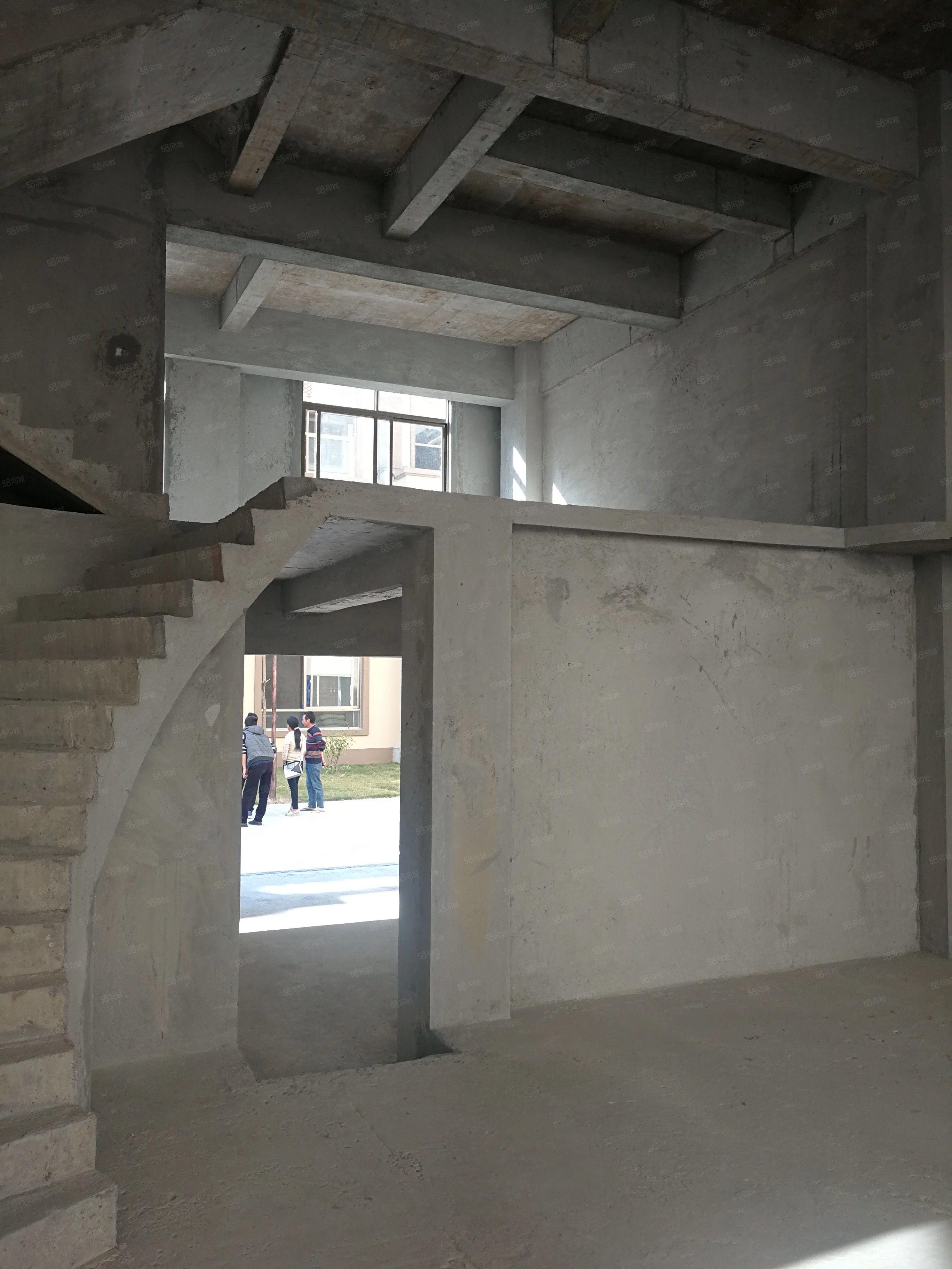 学府佳园联排别墅6室2厅4卫客厅中空设计带车库环境好