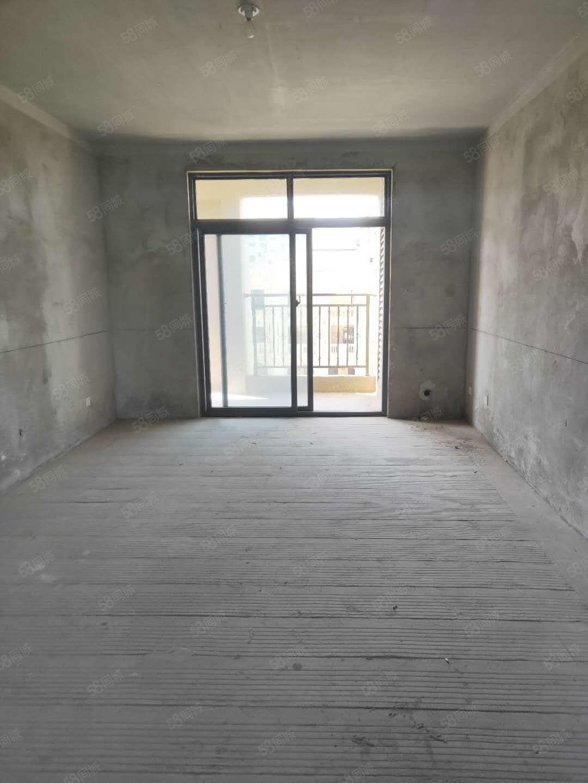 客厅与主卧带落地窗大阳台,南北通透,采光佳,居住舒服