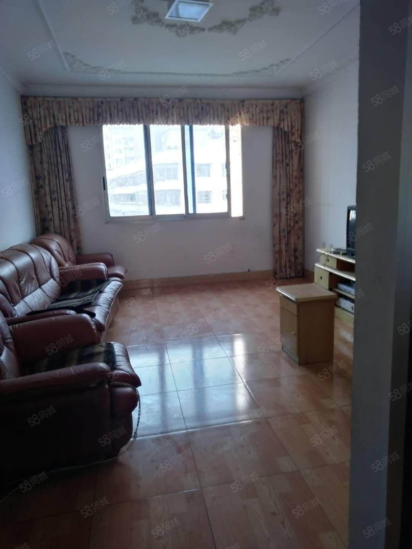 出租龙里兴龙路6楼精装3室2厅家具家电齐全,租金1100元