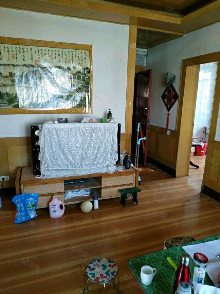 東關盛世歐景附近,精裝修6樓,100平米,三居室,拎包入住。