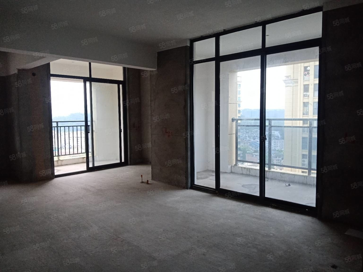 青草湾大面积边套毛坯房出售,四室两厅两卫三阳台,周边配套齐全