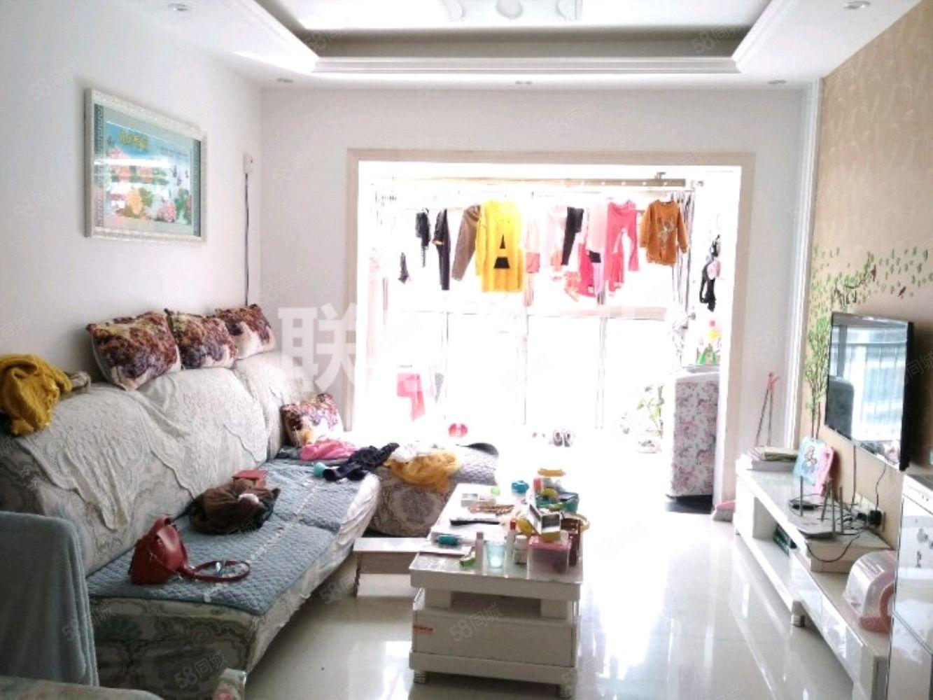 万达商圈,碧桂园精装三室两厅,客厅带落地大阳台,中间楼层