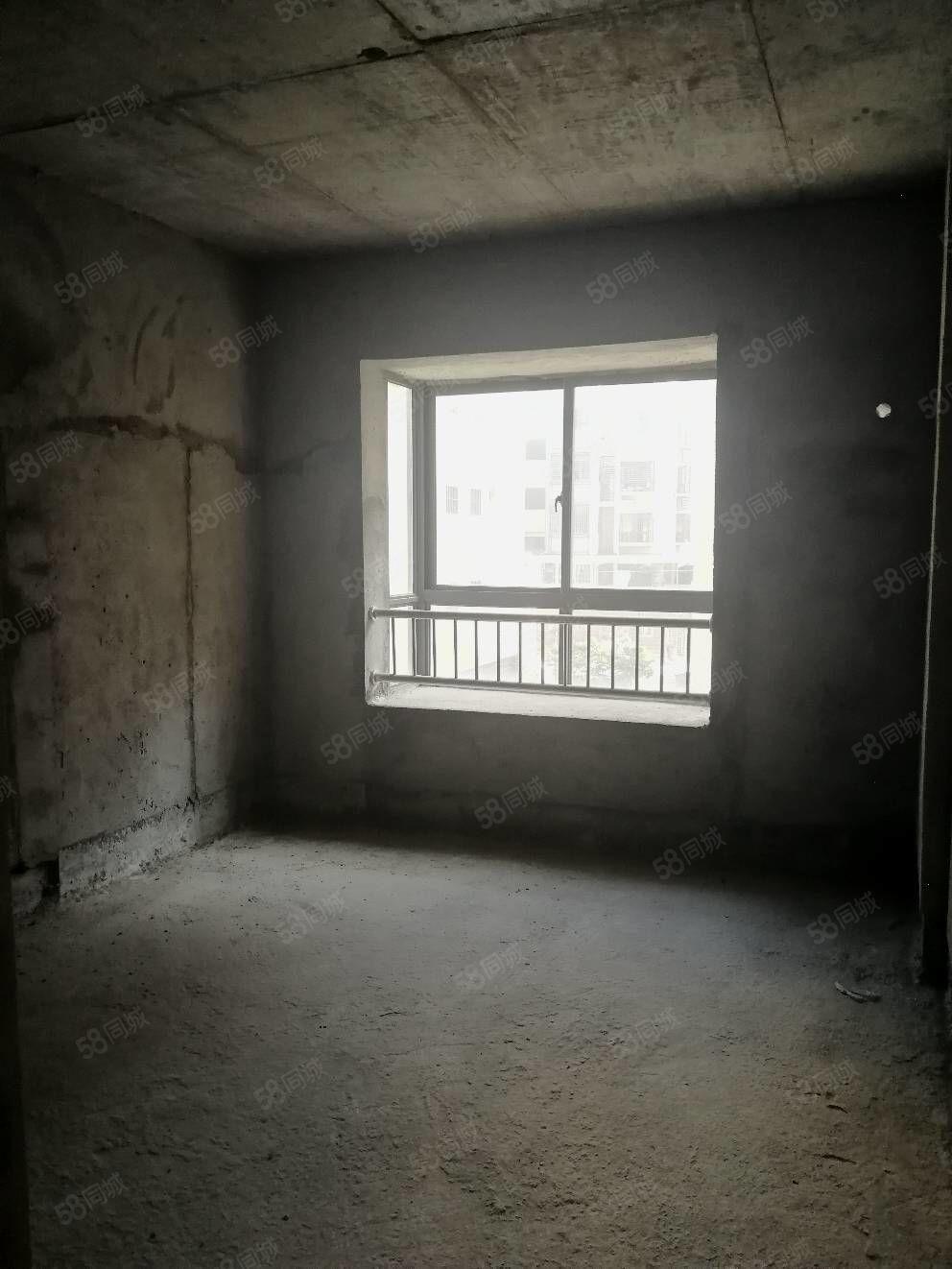 中央公�@套房出售,面�e85平方米,三房��d,毛坯房,�梯房