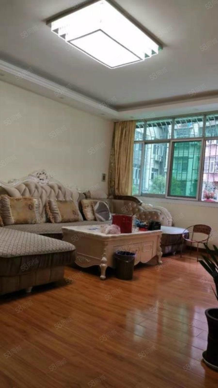 滨湖小区,万联附近,房东近年豪华装修,步梯中间楼层