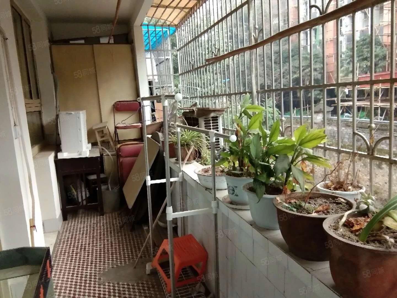 老六中准拆迁房。标准3房带双阳台,二楼学区房停车方便,