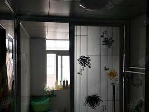 姚李新圆盘套房出售,该房位于4楼。