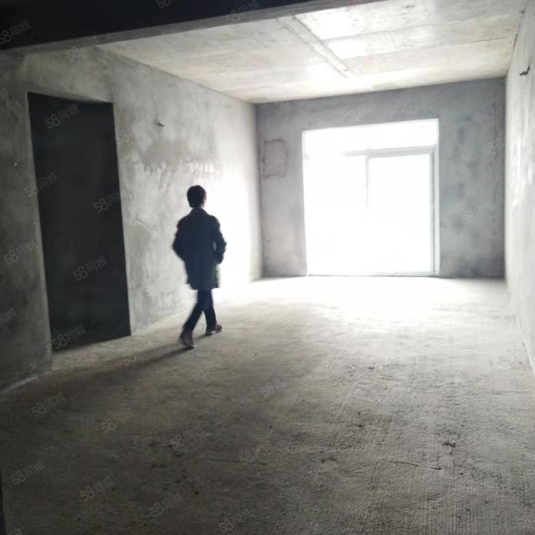 泸县万福大都会对面大三房130平米,电梯中层,马上可装修