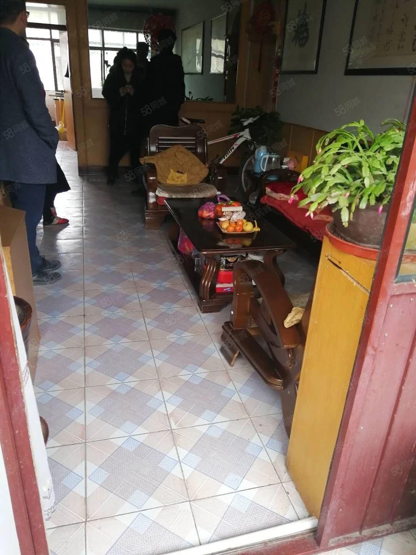 庄浪一幼家属院有房出售,小面积大户型,娃娃上学方便,简单装修